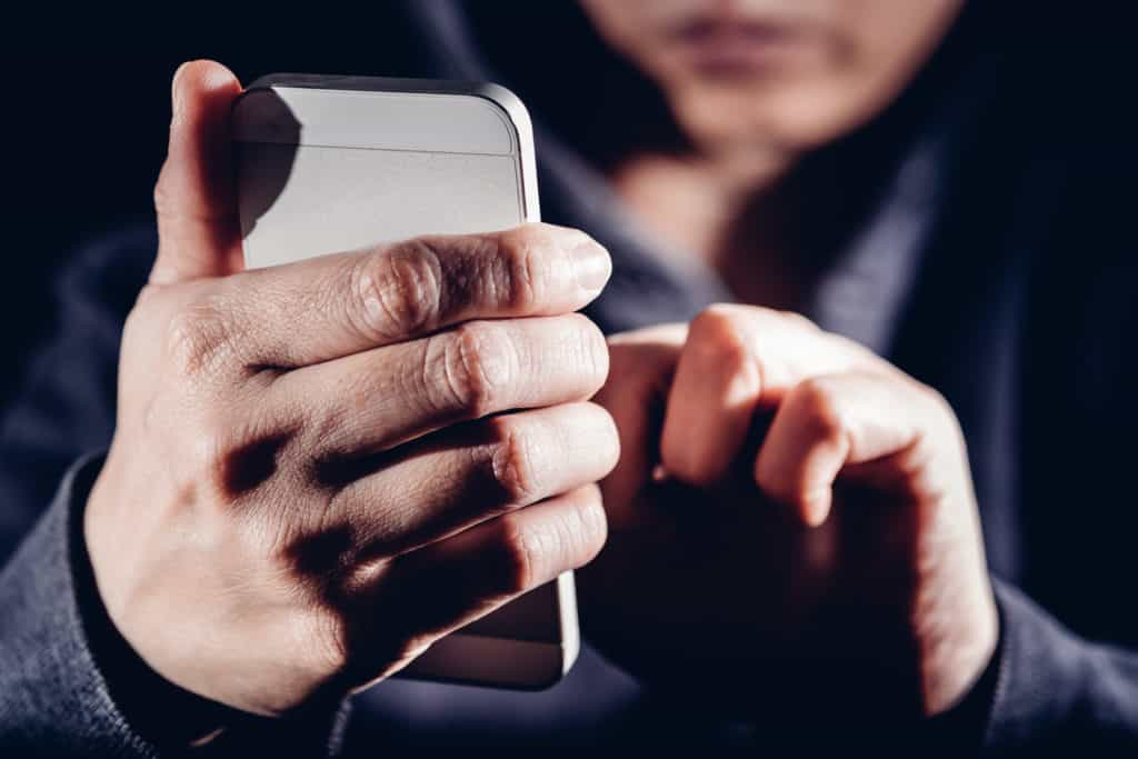 Can you tell when someone checks your mobile phone location?